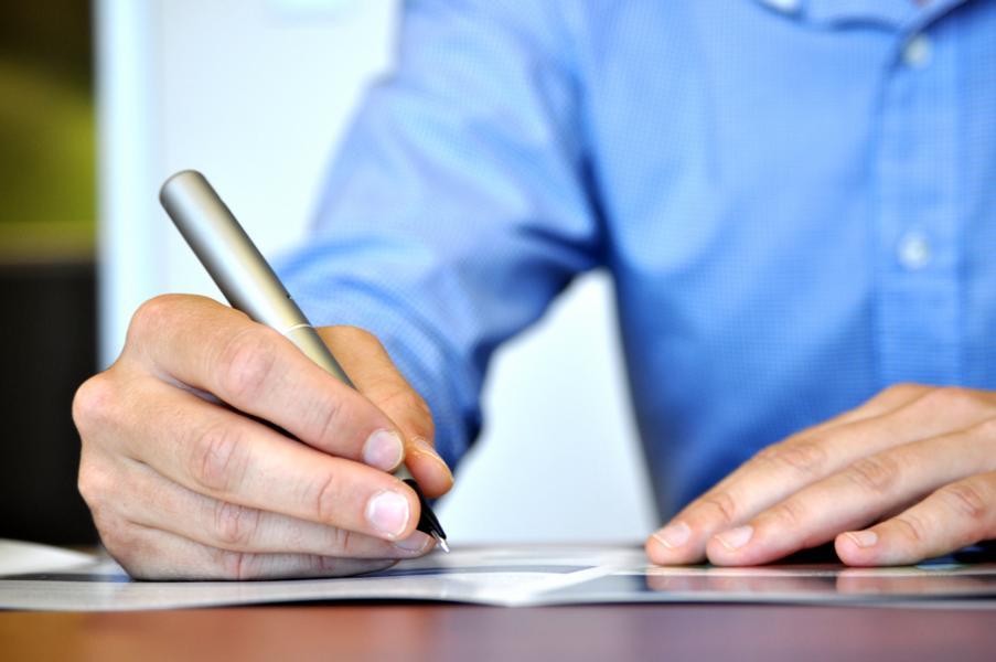 Symbolfoto eines handschriftlich schreibenden Mannes