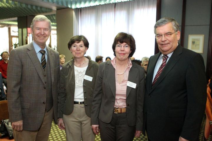 Hauptgeschäftsführer Joachim Finklenburg (l.) und Landrat Hagen Jobi (r.) verabschiedeten Marie-Theres Touppen (2.v.l.). Ihre Nachfolgerin wird Inge Schwarz. (Foto: Herse)