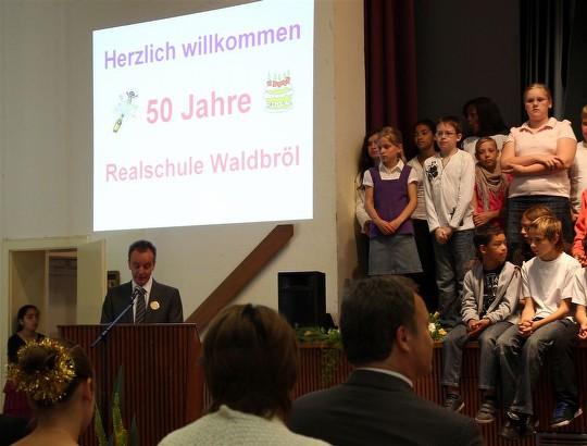 Schulleiter Stefan Schriever bei seiner Begrüßungsrede zum 50-jährigen Jubiläum der Realschule Waldbröl