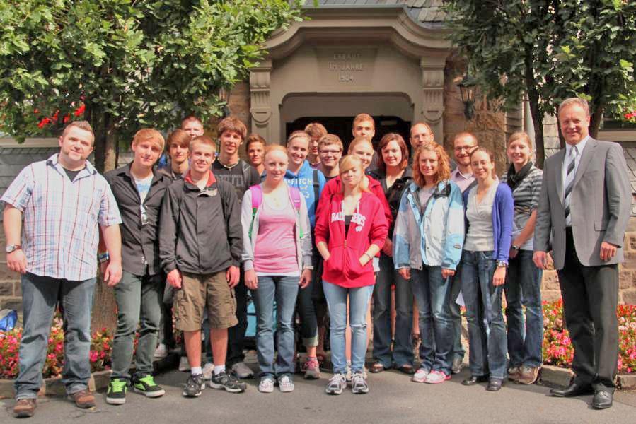 Bürgermeister Peter Koester zusammen mit den amerikanischen Austausch-Schülern aus Mukwonago (Wisconsin, USA) vor dem Waldbröler Rathaus