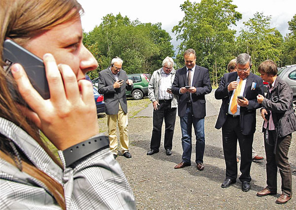"""""""Welche Taste muss ich drücken?"""" Auch Landrat und Bürgermeister testen den elektronischen Wanderführer. Foto: Lokalanzeiger"""