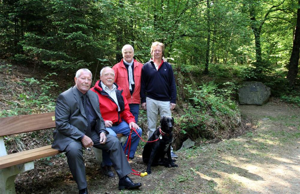 Haben die neue Bank eingesessen: Karl-Heinz Neusinger (von links) , Friedhelm Stockhausen, Reinhard Grüber, Rudi Jendrny.