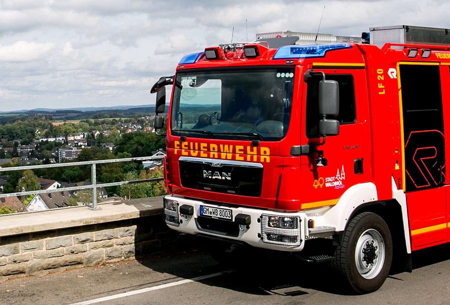 Feuerwehrfahrzeug vor Waldbröler Panorama
