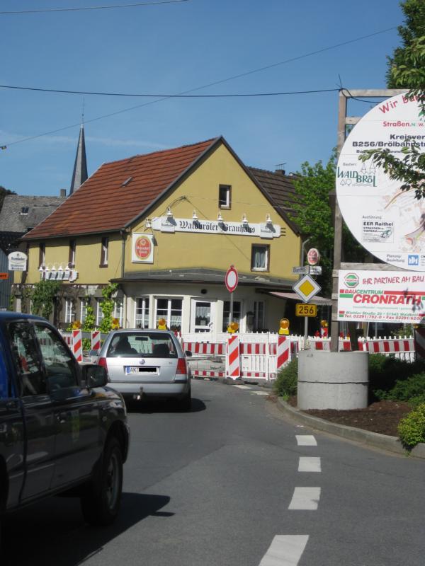 Blick auf die Kreuzung am Waldbröler Brauhaus, zwischen Marktplatz und Kaiserstraße Übersichtskarte der Waldbröler Innenstadt mit Skizze der neuen Einbahnstraßenregelung