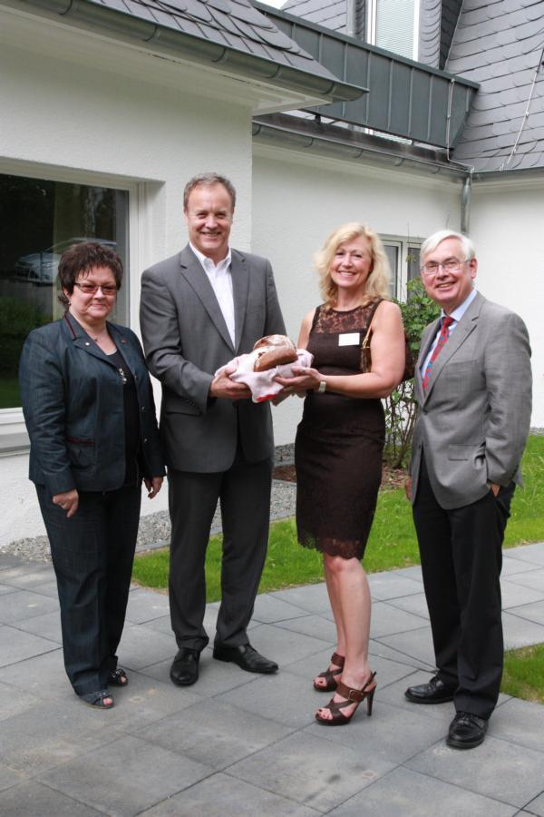 Bürgermeister Koester übergab zur Eröffnung das traditionelle Nachbarschaftsgeschenk Brot und Salz