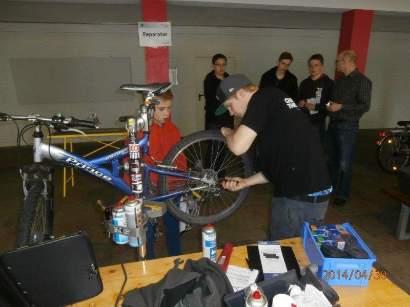 Fahrradcheck am Hollenberg-Gymnasium Waldbröl am 30.04.2014