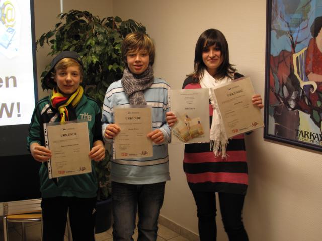 Klassensprecher Yanneck Schwamborn (links) nahm zusammen mit Alina Pack und Dennis Knaus den 1.Preis beim AWO-Wettbewerb in Dortmund für die Forscherklasse 7c entgegen.
