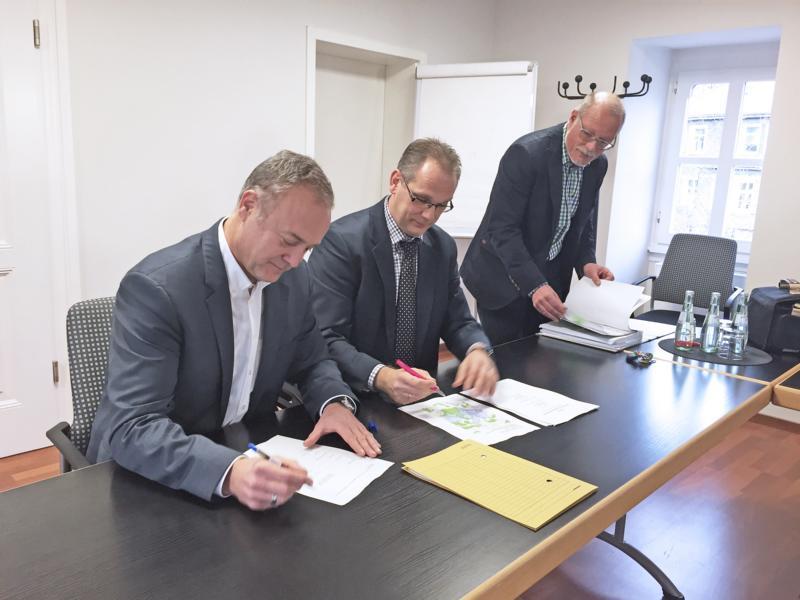 Bürgermeister Peter Koester bei der Vertragsunterzeichnung mit der Deutschen Telekom AG, vertreten durch Stefan Mysliwitz im Rathaus. (v.l.n.r.) Der Breitband-Internet-Beauftragte der Stadtverwaltung, Peter Kaesberg, hatte auf dieses Ziel hingearbeitet.