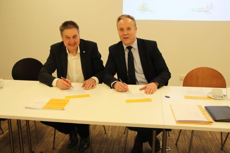 Waldbrölers Bürgermeister Peter Koester und sein Windecker Amtskollege Hans-Christian Lehmann unterzeichnen eine Absichtserklärung über die geplante interkommunale Zusammenarbeit