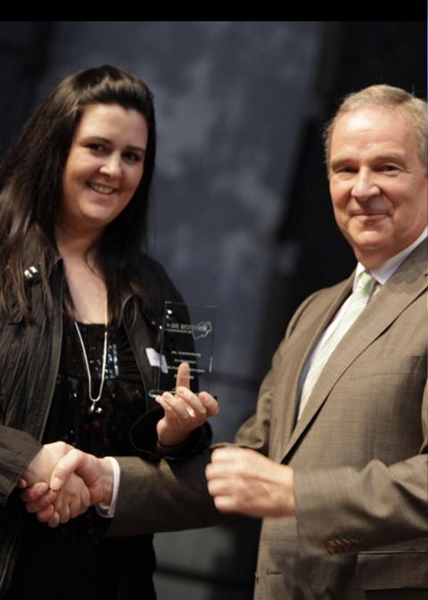 IHK Präsident Mittleres Ruhrgebiet Jürgen Fiege gratulierte Janine Schürmann. (Foto: PicturePeople)