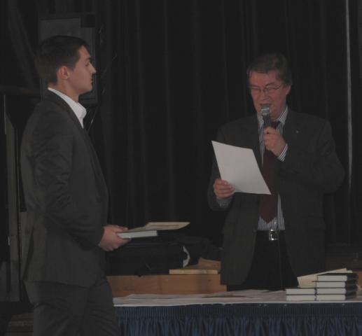 Der Waldbröler Schüler Vadim Usik bei der Entgegennahme seines Preises