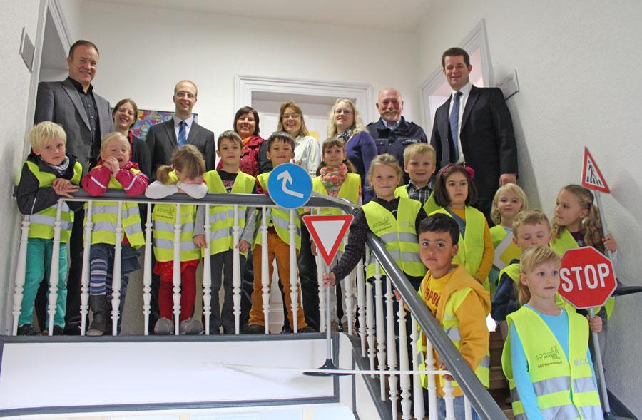 Im Rathaus bekamen die Kinder ihre neuen Warnwesten überreicht