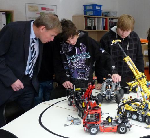 Die Anwesenden konnten bereits bestaunen, welche Roboter Schülerinnen und Schüler des 9. Jahrgangs, allen voran Sven Stratmann aus der 9a, mit den Lego - Bausätzen konstruiert und programmiert haben