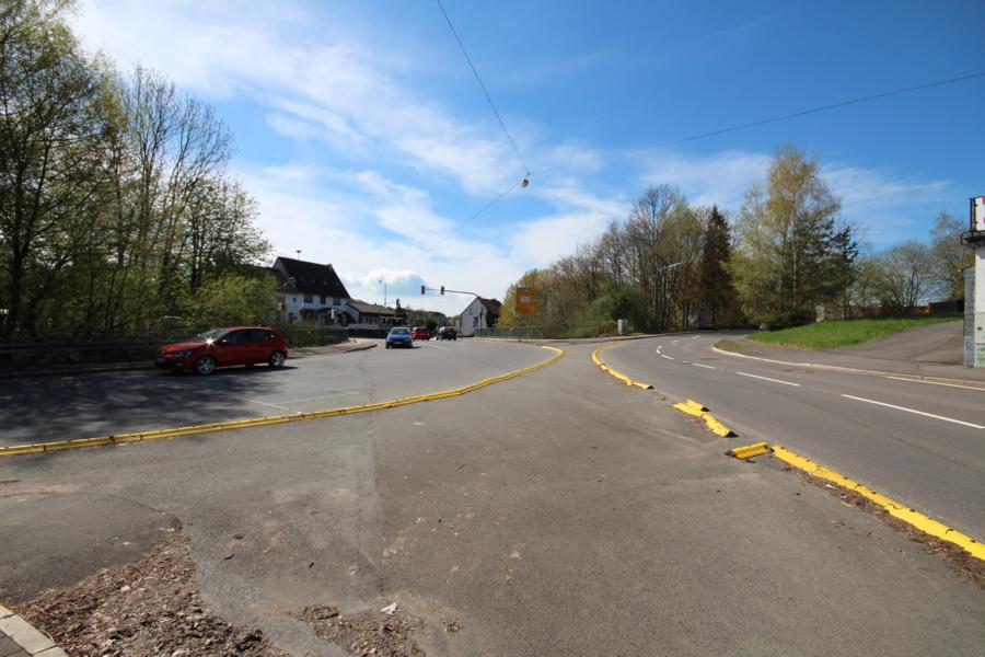 Blick auf den Boxberg (Archivfoto von 2013). Links im Bild die B256, rechts im Bild die Strandbadstraße (L38), die hinter der Kurve in die Homburger Straße übergeht