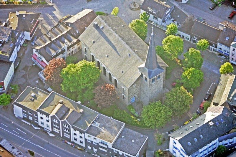 Luftbild vom umzugestaltenden Kirchplatz, ev. Kirche