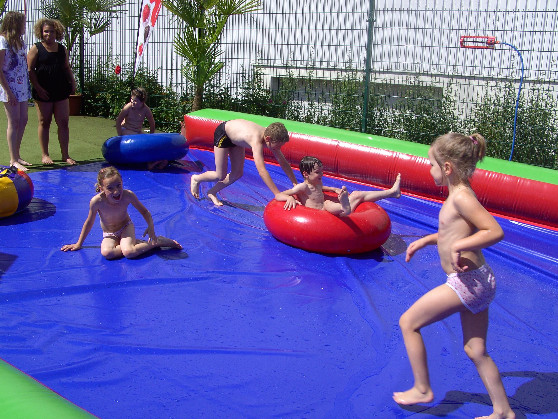 Ein Highlight beim diesjährigen Ferienprogramm war die Wasserrutsche, an der die Kinder sichtlich Spaß hatten