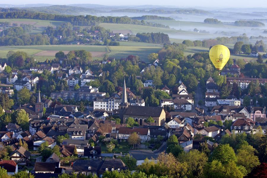Blick über Waldbröl, im Hintergrund ein Heißluftballon (Foto: Friederike Klein)