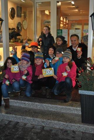 """Bürgermeister Peter Koester freut sich zusammen mit den Kindern über die Unterstützung im Stadtgebiet für die Aktion """"Noteingang – Hilfe für Kinder"""""""