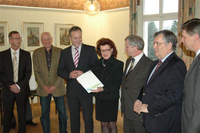 Olaf Wirths, Michael Deitmer, Peter Koester, Gisela Walsken, Friedhelm Kamps, Hagen Jobi und Bodo Löttgen (v.l.n.r.) Presse und Gäste sind aufmerksame Zuhörer