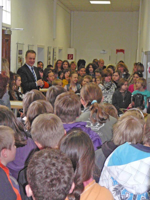 Bürgermeister Peter Koester mit den Kindern bei der Ausstellungseröffnung im Rathaus Für die musikalische Untermalung sorgten talentierte Kinder mit Blechblasinstrumenten
