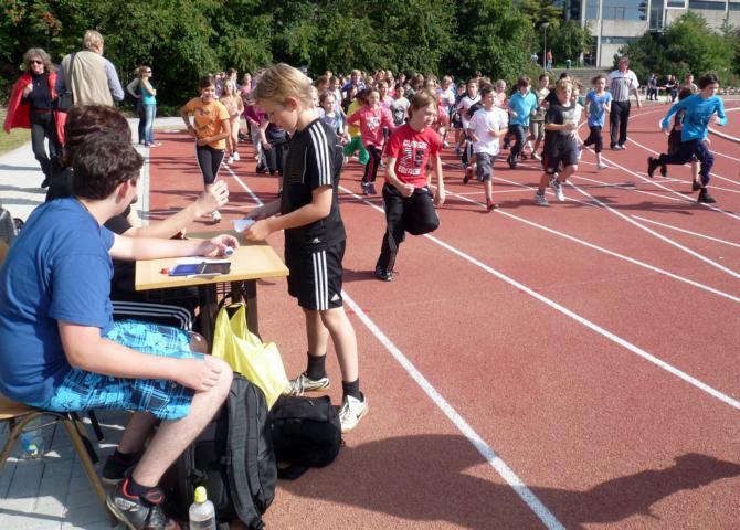 Schüler der Gesamtschule Waldbröl am Sportplatz