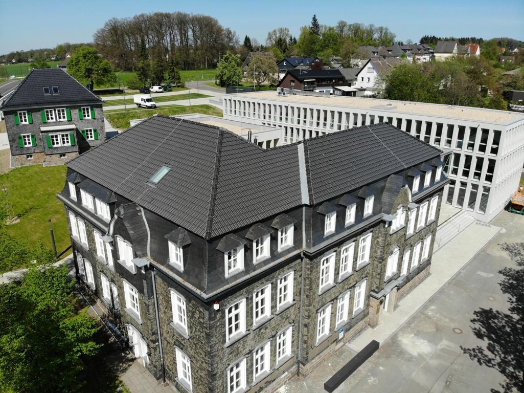 Rathaus der Stadt Waldbröl und Bürgerdorf am Alsberg aus der Vogelperspektive (Foto von 2019)