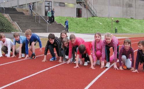 Kinder auf der neuen Laufbahn des Heidberg-Stadions