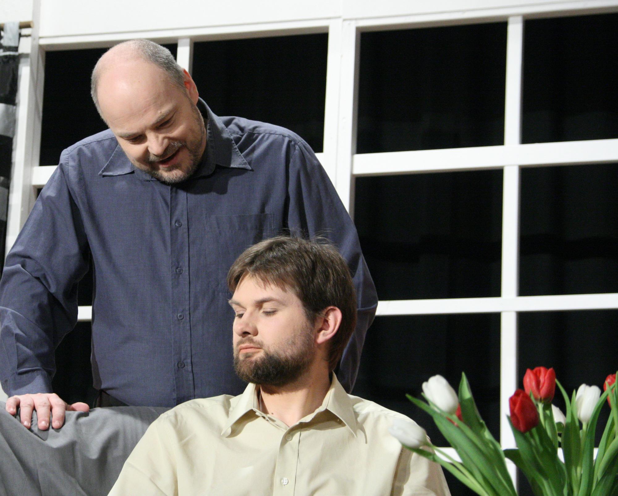 Plakatmotiv zum Theaterstück 37 Ansichtskarten Zwei Schauspieler des WKTheater in einer Theaterszene