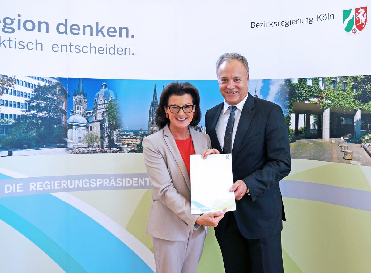 Übergabe des Förderbescheids durch Regierungspräsidentin Gisela Walsken an Bürgermeister Peter Koester