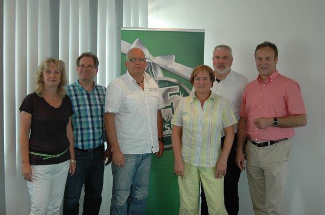 Bürgermeister Peter Koester und Wirtschaftsförderer Eckhard Becker gratulieren den Eheleuten Solbach und Schenk zum 55. Bestehen