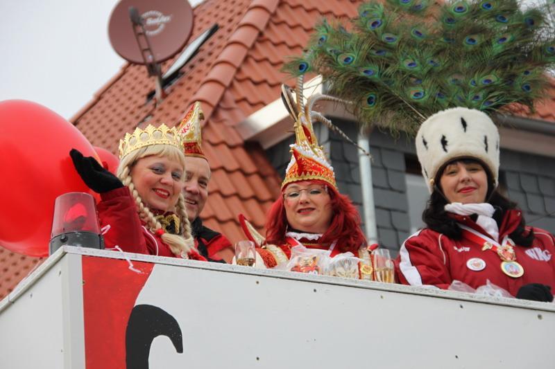 Das Damendreigestirn der Session 2011/12 Der Prunkwagen der WKG im Jahr 2012 auf der Schladerner Straße
