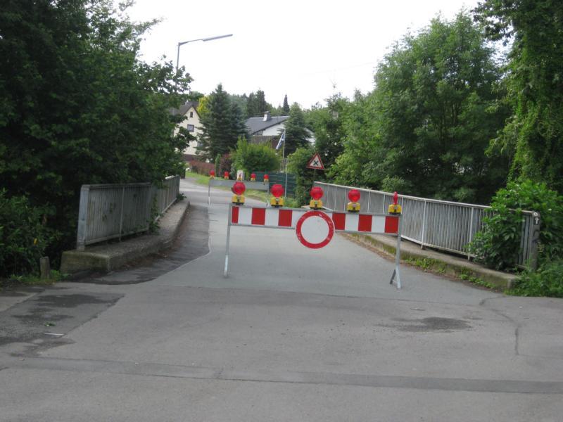 Gesperrte Bahnbrücke in Hermesdorf