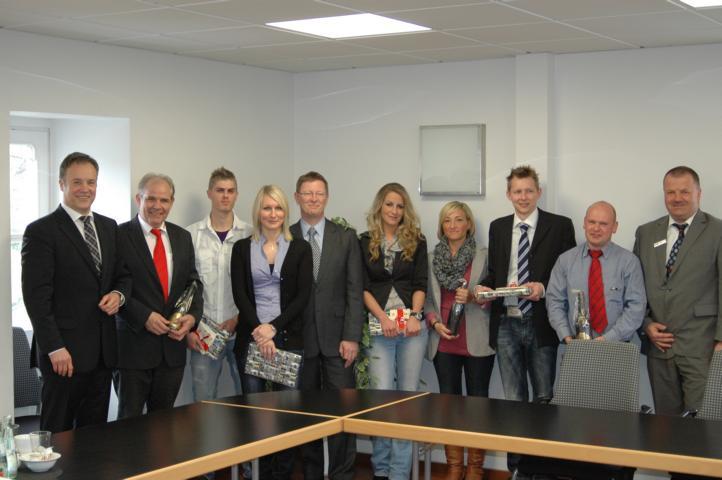 Bürgermeister Koester mit den besten Auszubildenden und ihren Ausbildungsleitern im Waldbröler Rathaus