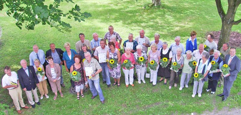 Die Gewinner des Blumenschmuckwettbewerbs zusammen mit Bürgermeister Peter Koester und dem Vorsitzenden des VVV, Reinhard Grüber