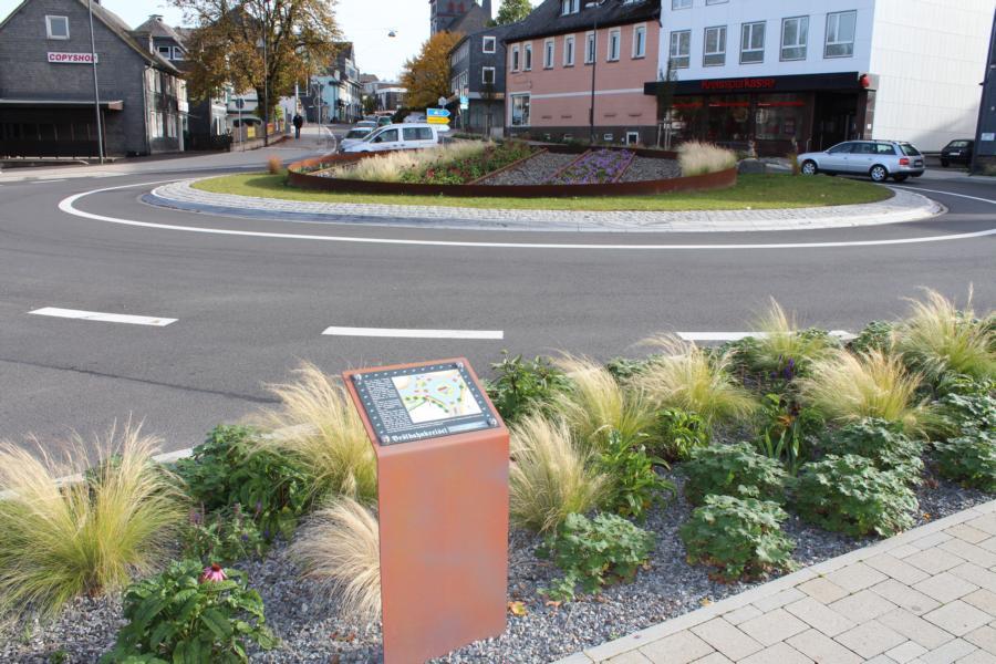 Zu den Aufgaben der Stadt Waldbröl gehört auch die Pflege von Pflanz- und Grünfflächen, z.B. auf Kreisverkehrsplätzen, hier im Bild der Brölbahnkreisel