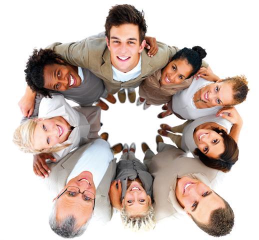 Das Bild zeigt mehrere Personen, die geschlossen zusammenstehen und nach oben blicken