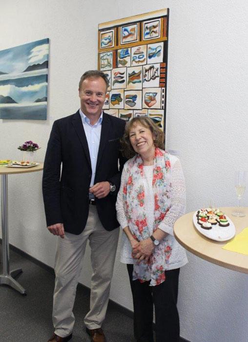 Bürgermeister Peter Koester gemeinsam mit  der Malerin Gudrun Bergmann bei der Vernissage vor einem ihrer Bilder