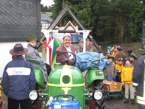 Traktor als Zugmaschine eines Wagens auf dem Karnevalsumzug in Waldbröl-Schönenbach