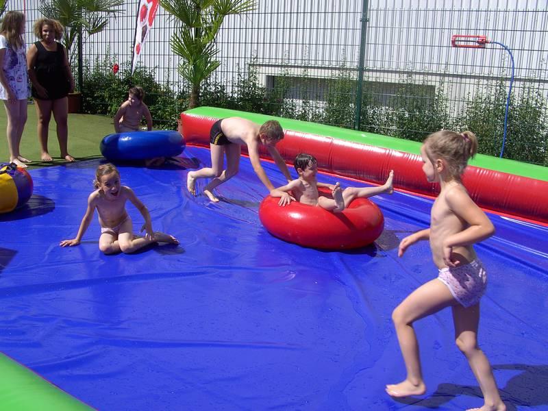 Ein Highlight im Ferienprogramm 2011 war die Wasserrutsche, an der die Kinder sichtlich Spaß hatten. Auch dieses Jahr bietet die ev. Kirchengemeinde wieder ein abwechslungsreiches Programm.