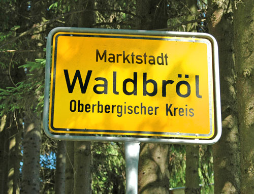 """So könnte ein Ortsschild von Waldbröl mit dem Zusatznamen """"Marktstadt"""" zukünftig aussehen (Fotomontage)"""