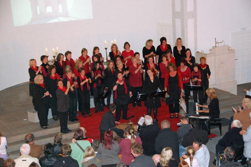 """Der Gospel-Chor """"Sister Act"""" beim Konzert in der ev. Kirche Waldbröl"""