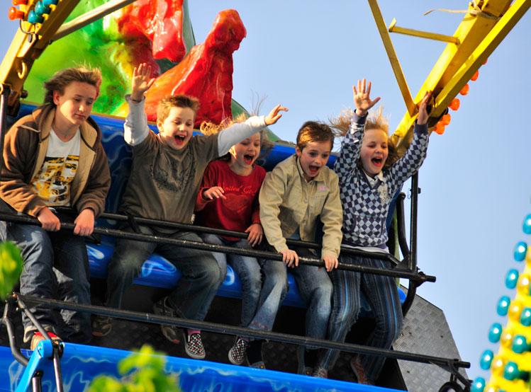 Kinder auf einem Schiffsschaukel-Fahrgeschäft während des Waldbröler Stadtfestes