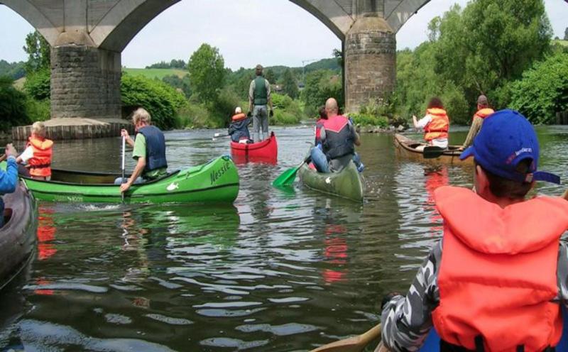 Väter mit ihren Söhnen beim Kanu-fahren auf einem Fluss