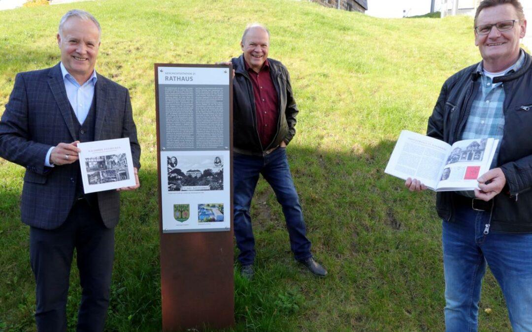 """Das neue Büchlein """"Waldbröl entdecken"""" wurde im Rathaus als Probedruck vorgestellt und wird demnächst zu kaufen sein. Von links: Bürgermeister Peter Koester, Leo Wehling und Theo Schüller"""