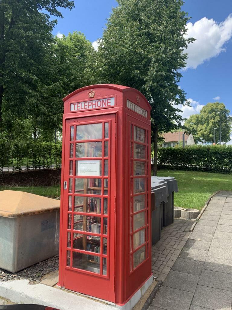 Der offene Bücherschrank Waldbröl besteht seit dem vergangenen Jahr in der am Rathaus in der englischen Telefonzelle, die ein Geschenk der Partnerstadt Witham ist. Nun soll es zudem im Nachbarschaftsbüro Eichen ein offenes Bücherregal geben.