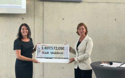 NRW-Bildungsministerin überreicht Förderbescheid für digitale Ausstattung der Schulen